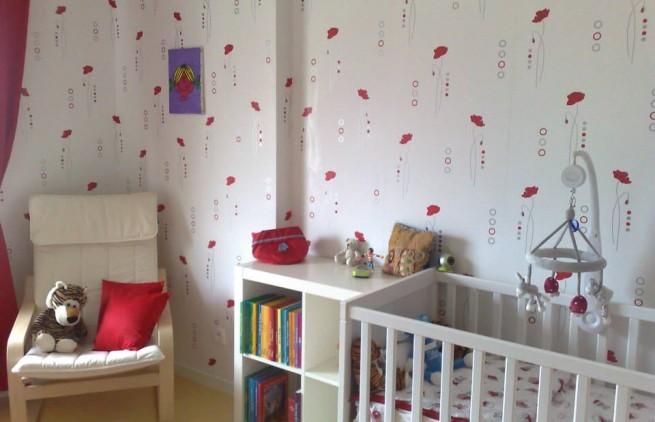 chambre rouge et blanche d'une petite fille