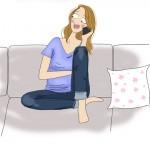 femme qui raconte son accouchement au téléphone